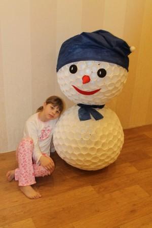 Как сделать голову для снеговика из пластиковых стаканчиков